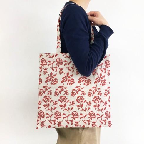 10クロスステッチが印象的な甘すぎないバラの模様の肩掛けバッグ。メインでもサブでも使えます。
